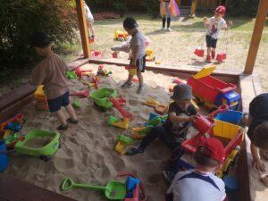 dzieci bawią się w piaskownicy