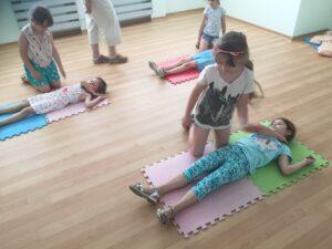 dzieci ćwiczą pozycję boczną ustaloną