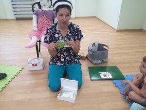 pielęgniarka pokazuje dzieciom okłady i zawartość apteczki