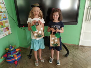 dziewczynki dwie trzymają nagrody