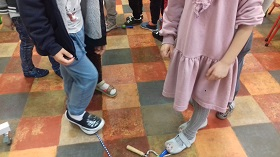 Dzieci stoją stopami na skakankach