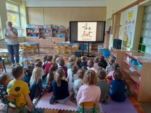 dzieci siedzą na przeciwko monitora