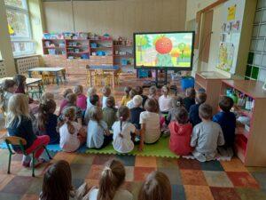 dzieci oglądają bajkę na monitorze