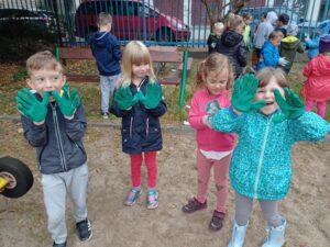 czworo dzieci pokazuje rękawice