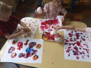 dzieci stemplują kropki farbami i balonami