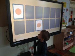 chłopiec rozwiązuje zadania na monitorze