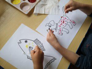 dzieci kropkują patyczkami rysunki zwierząt