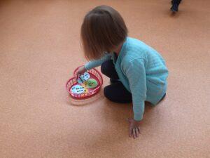 dziewczynka losuje los z koszyka