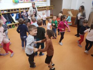dzieci tańczą na sali